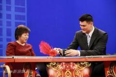 组图:姚明坐镇《春满东方》首次担当主持人