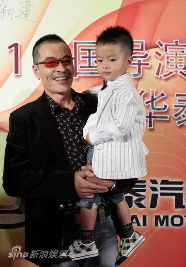 刘威怀抱儿子