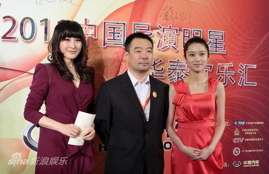 王雅捷子紫裙优雅