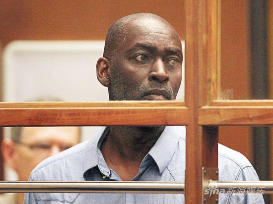 迈克尔-杰斯在庭审现场表情呆滞
