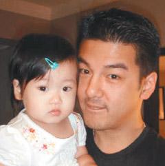 孙志浩(右)不想让梧桐妹在单亲家庭中长大。