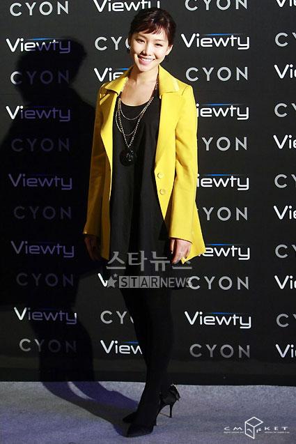 图文:韩星闪耀品牌手机秀--李侑利黄色外套
