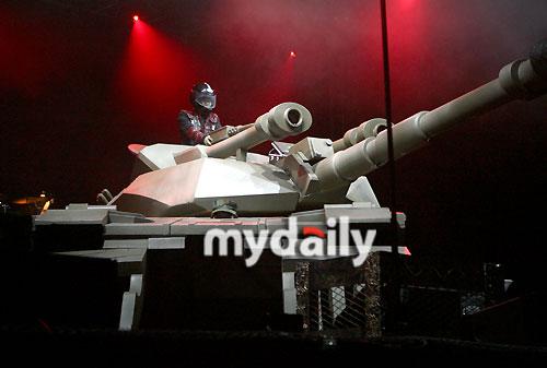 图文:退伍文熙俊举行复出个唱--坦克颇具气势