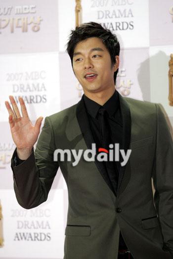 图文:MBC演技大奖--孔侑微笑挥手