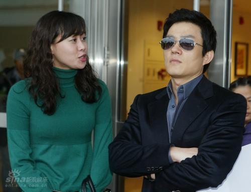 图文:《OnAir》台湾取景--李范秀表情冷峻
