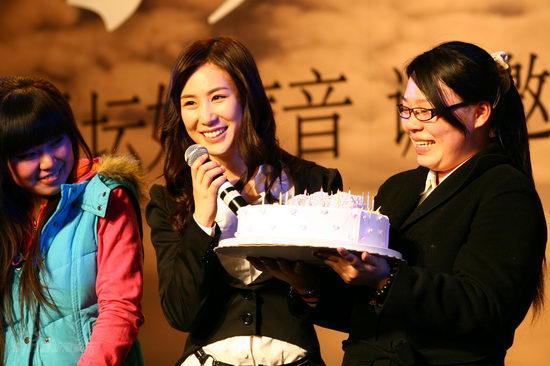 图文:张力尹《星愿》发布会--歌迷送蛋糕庆生