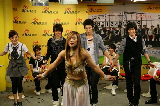 图文:SJ-M新浪七彩课堂--谢娜笑的不行啦