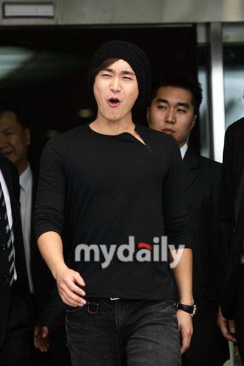 图文:韩国情歌王子曹成模退役--开心喊口号