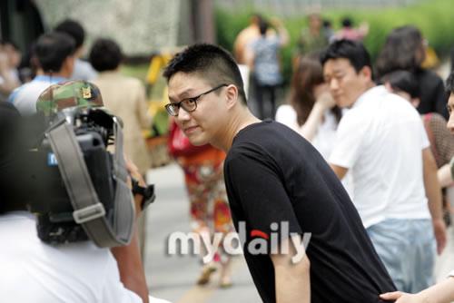 图文:韩歌手成时京入伍服役--弯腰打招呼