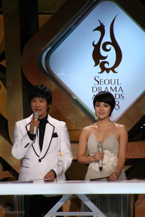 图文:首尔电视剧盛典举行--崔秀钟与柳真主持