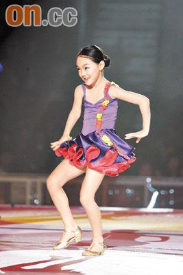 李连杰女儿展舞技赢掌声7岁已是拉丁舞高手