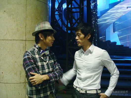 昨日,林俊杰又早起赶飞机到北京参加央视的节目录制.