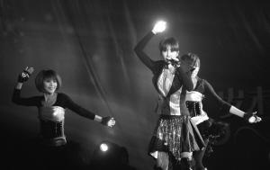 蔡依林昨晚杭州会歌迷粉丝只能和大幅海报合影