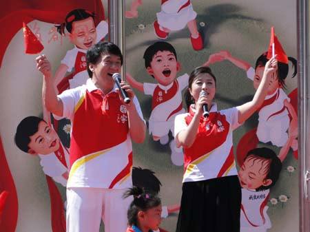 成龙刘媛媛唱《国家》与孩子们庆六一(图)