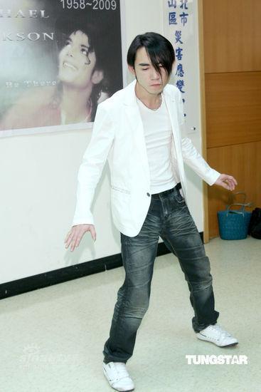 台湾歌迷自发悼念杰克逊模仿舞步追忆巨星(图)