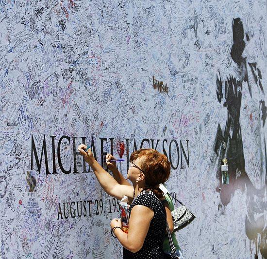图文:杰克逊悼念仪式前-歌迷签名悼念