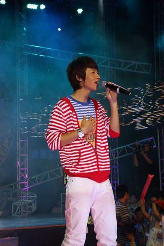 天娱群星武汉举办红歌会巨幅红旗献礼国庆(图)
