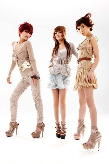 SHE踩20公分高跟鞋拍照新专辑展女王威风(图)