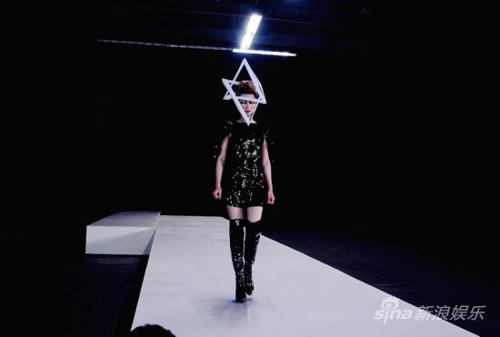尚雯婕发新书送单曲MV化身太空战士走猫步(图)