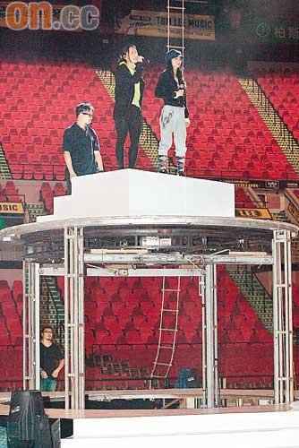 Twins为演唱会热排目击伴舞高处坠地被吓坏