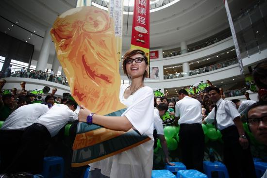 周笔畅上海签售与歌迷互动世界杯(图)