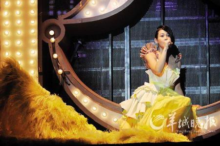 刘若英脱掉高跟鞋变女超人又遭男歌迷下跪求婚