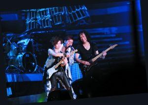 谭咏麟和太极乐队邓建明、女子流行乐队V4等人一起飙歌