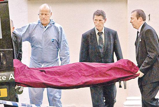艾米的遗体从家中被抬出。