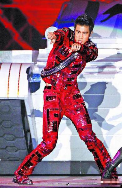 王力宏上周在《火力全开》演歌会收场,穿白色绒装暖和歌劲舞。