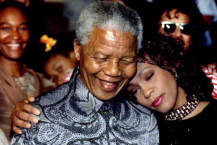 1994年,在南非约翰内斯堡,惠特尼・休斯顿(右)和时任南非总统的曼德拉合影
