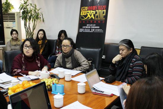 制作总监吕天直、卢璐、刘欢在创编会上