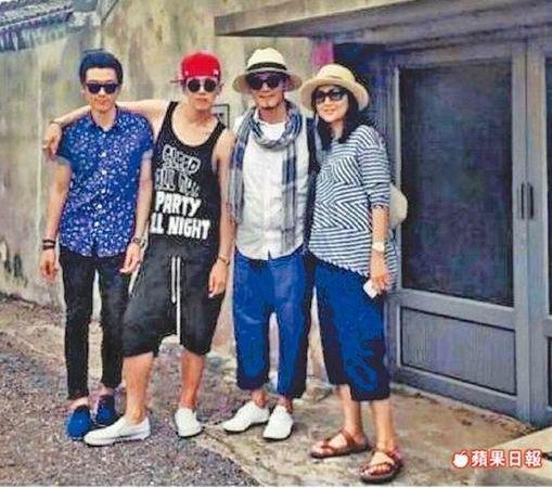 柯震东(左二)和爸妈哥哥在老家留影