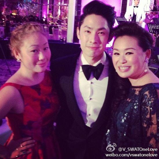 吴建豪与母亲及姐姐
