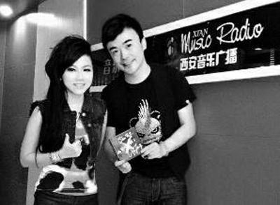 西安音乐广播著名主持人高杰晒出和邓紫棋的合照