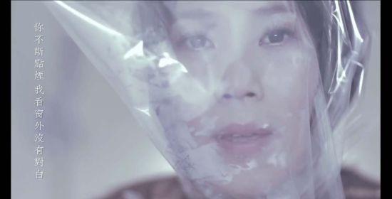 李佳薇全程用塑胶袋套头对嘴
