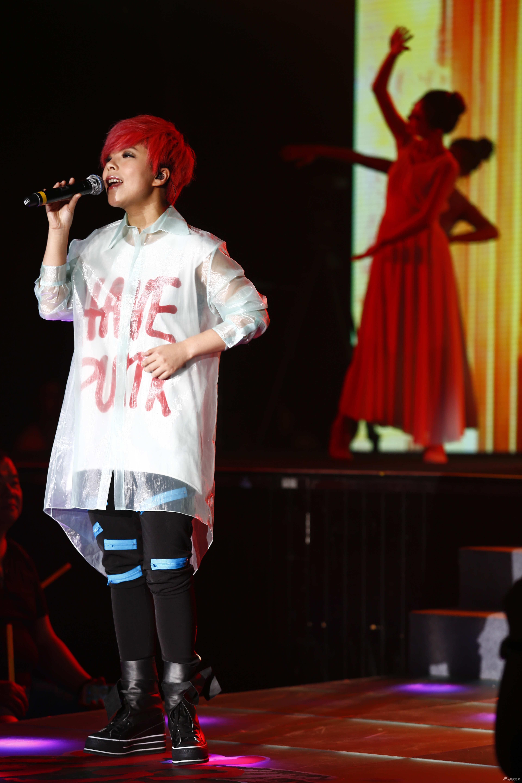 莫艳琳演唱《爱一点》