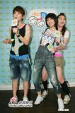 组图:S.H.E与歌迷互动三姐妹现场秀凌波舞