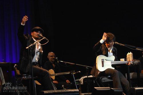 图文:恰克与飞鸟上海演唱会--挥手致意