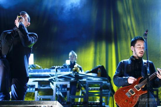 图文:林肯公园上海开唱--两位主唱倾力合作