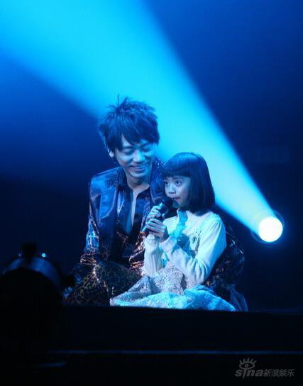 图文:信北京圣诞演唱会--与女儿温情合唱
