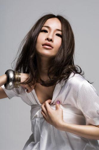 组图:萧亚轩魅力写真百变造型携爱犬出镜