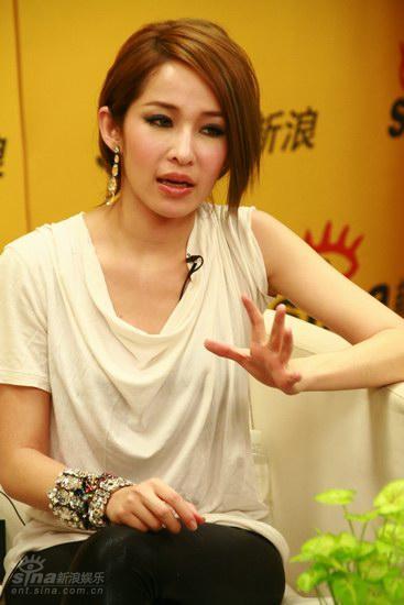 图文:萧亚轩聊再嫁EMI-新碟的ELVA很游戏人间