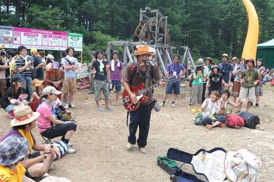 图文:富士音乐节拉开帷幕--民间艺人表演