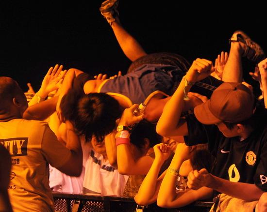图文:富士音乐节第二天--观众跳水