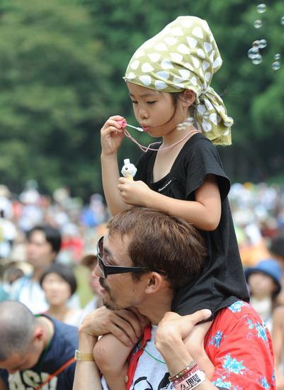 图文:富士音乐节第三天--吹泡泡的小朋友