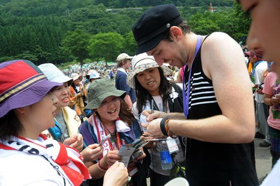 图文:富士音乐节第三天--为歌迷签名