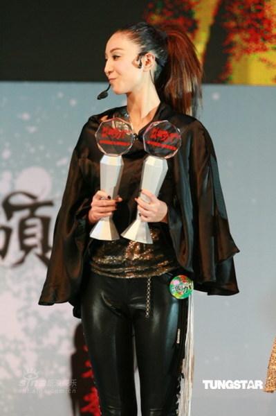图文:郑希怡热舞--上台领奖