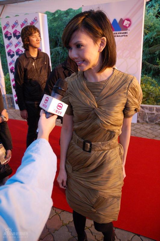 图文:MTV亚洲大奖红地毯--孙燕姿红毯接受采访