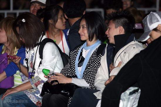图文:陈奕迅北京演唱会--刘璇李小鹏聊天