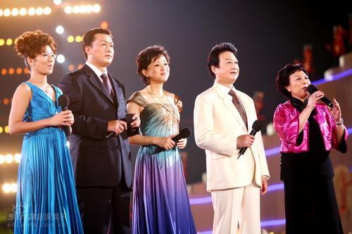 图文:南宁民歌节-主持人:杨澜乔榛丁建华等